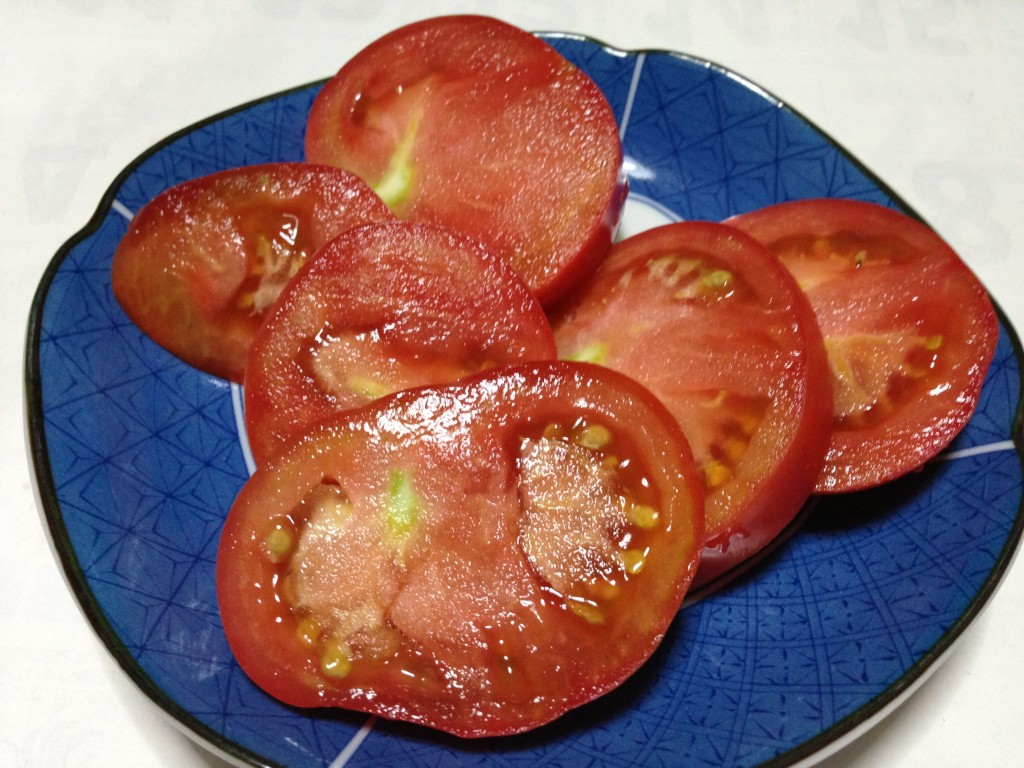 収穫後切り分けたトマト(7月下旬)